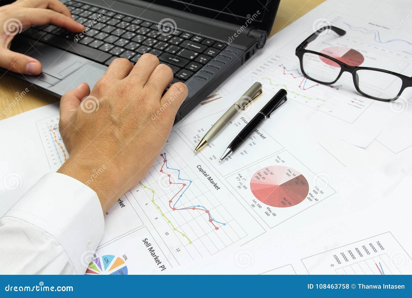 Affärsman som använder datorräknemaskinen med analyz för affärsgraf