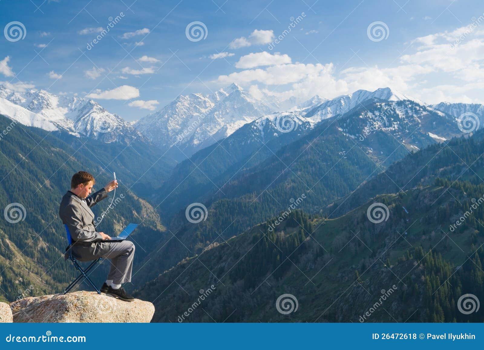 Affärsman som använder det trådlösa nätverket