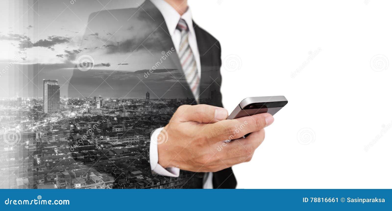 Affärsman som använder smartphonen med skyskrapacityscape för dubbel exponering, med vitt kopieringsutrymme