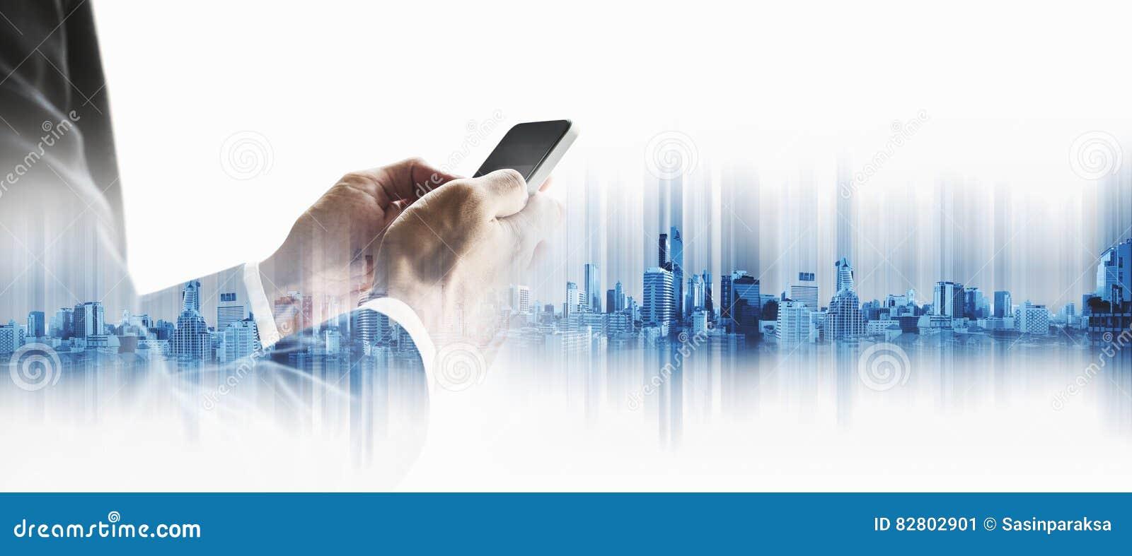 Affärsman som använder smartphonen med stadsbakgrund för dubbel exponering, begrepp för affärskommunikationsteknologi