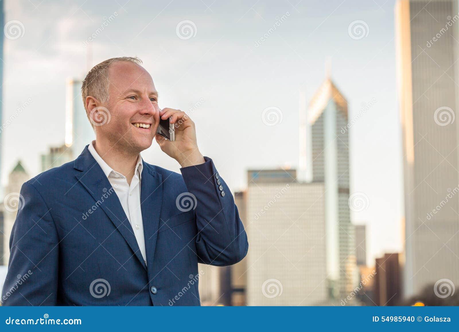 Affärsman som använder telefonen utanför kontoren