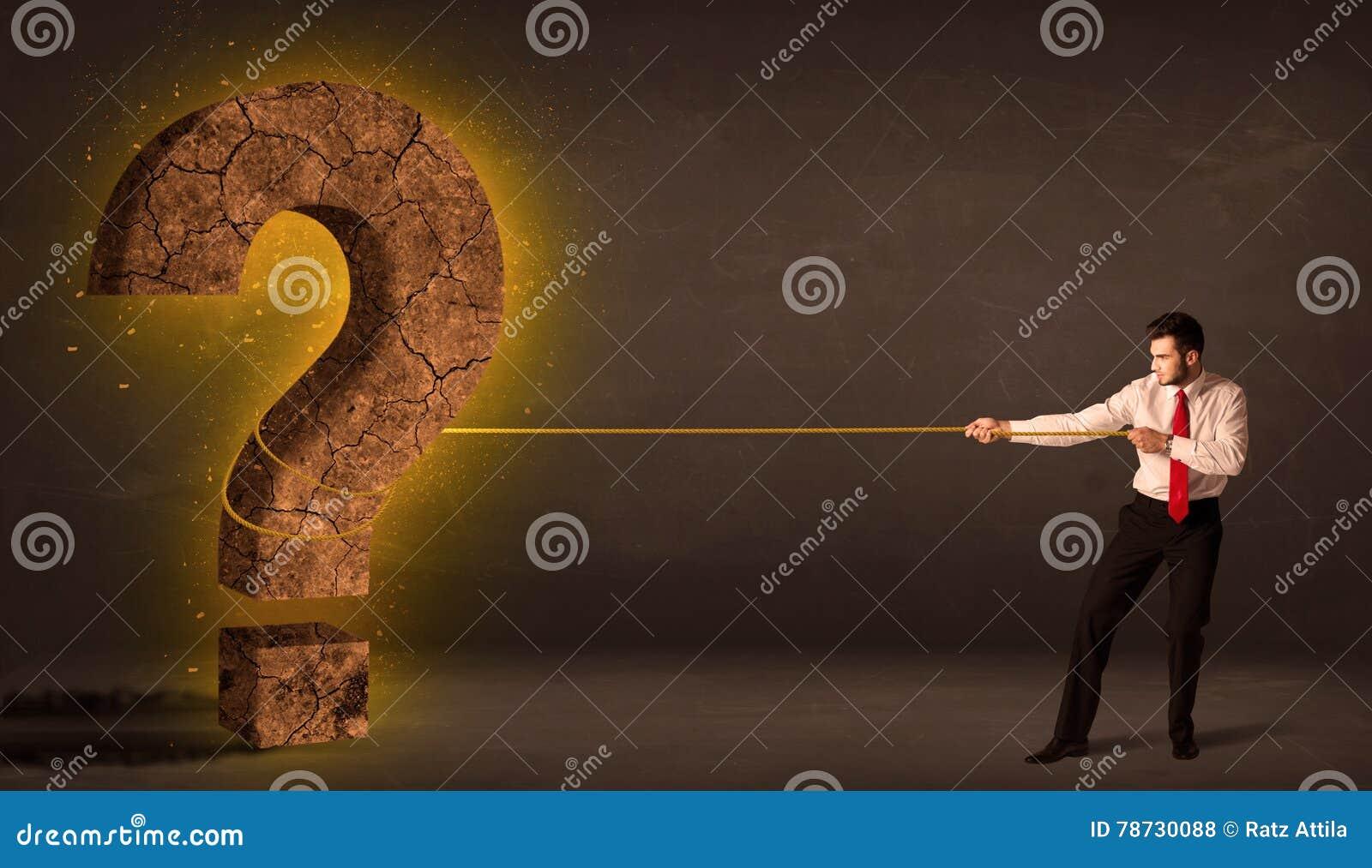 Affärsman som drar en stor fast sten för frågefläck