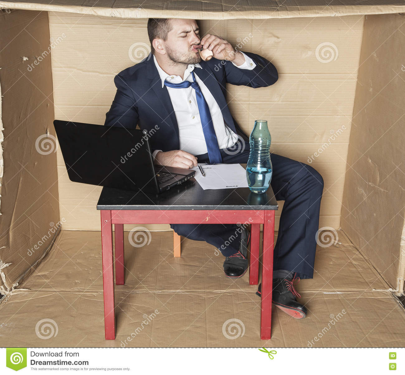 Affärsman som dricker alkohol, innan underteckning