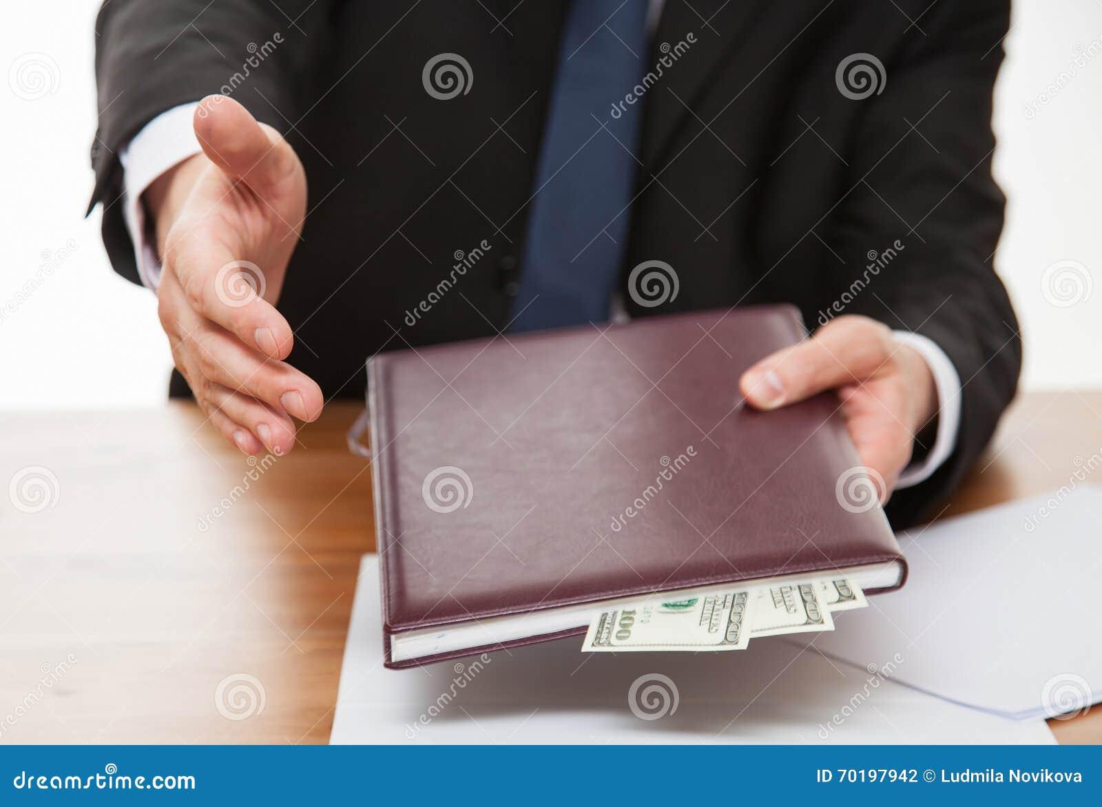 Affärsman som erbjuder en handskakning och en muta