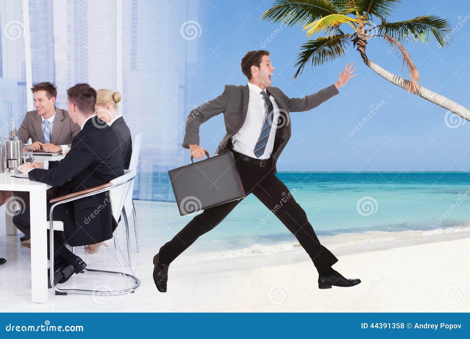Affärsman som flyr från konferensmöte in mot stranden