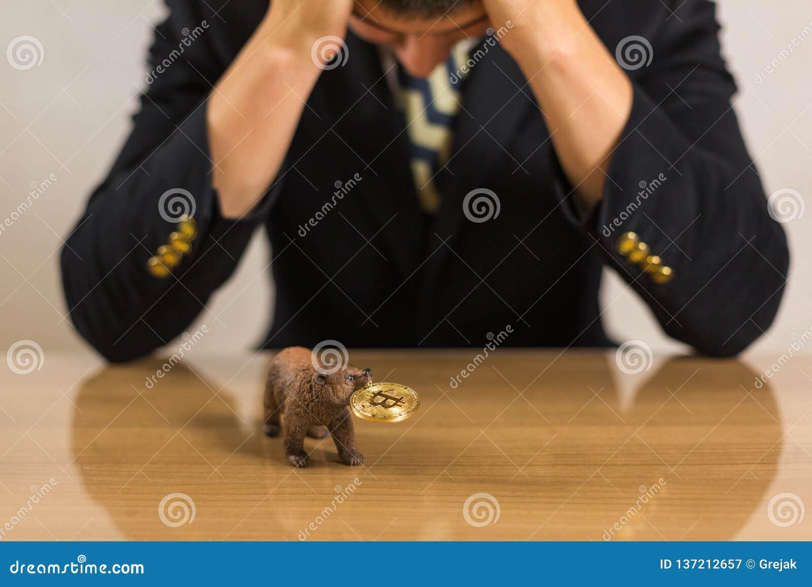 Affärsman som framme sitter av träskrivbordet