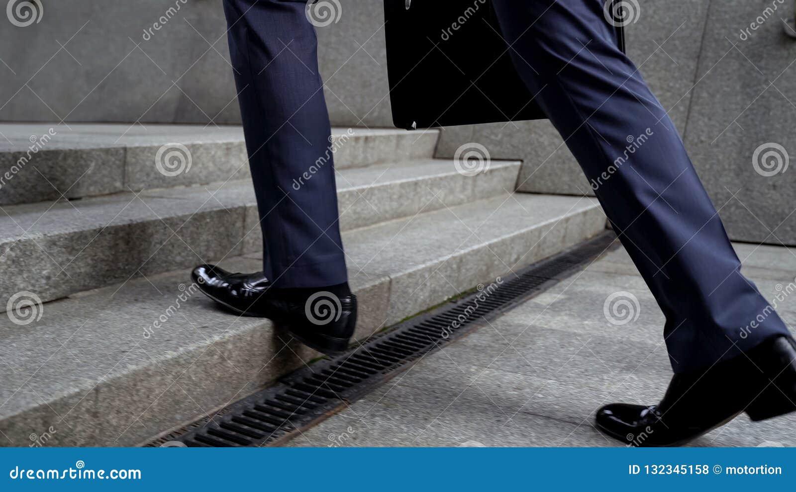 Affärsman som går upp trappa, framgång i karriärbegreppet, befordran, closeup
