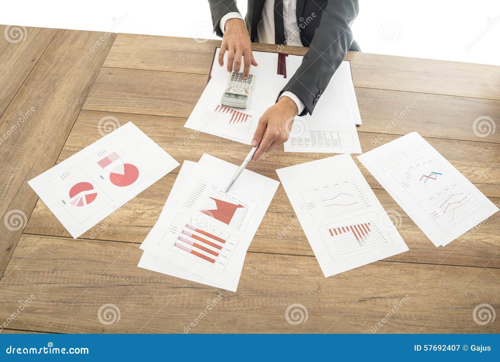 Affärsman som ger en presentation med grafer
