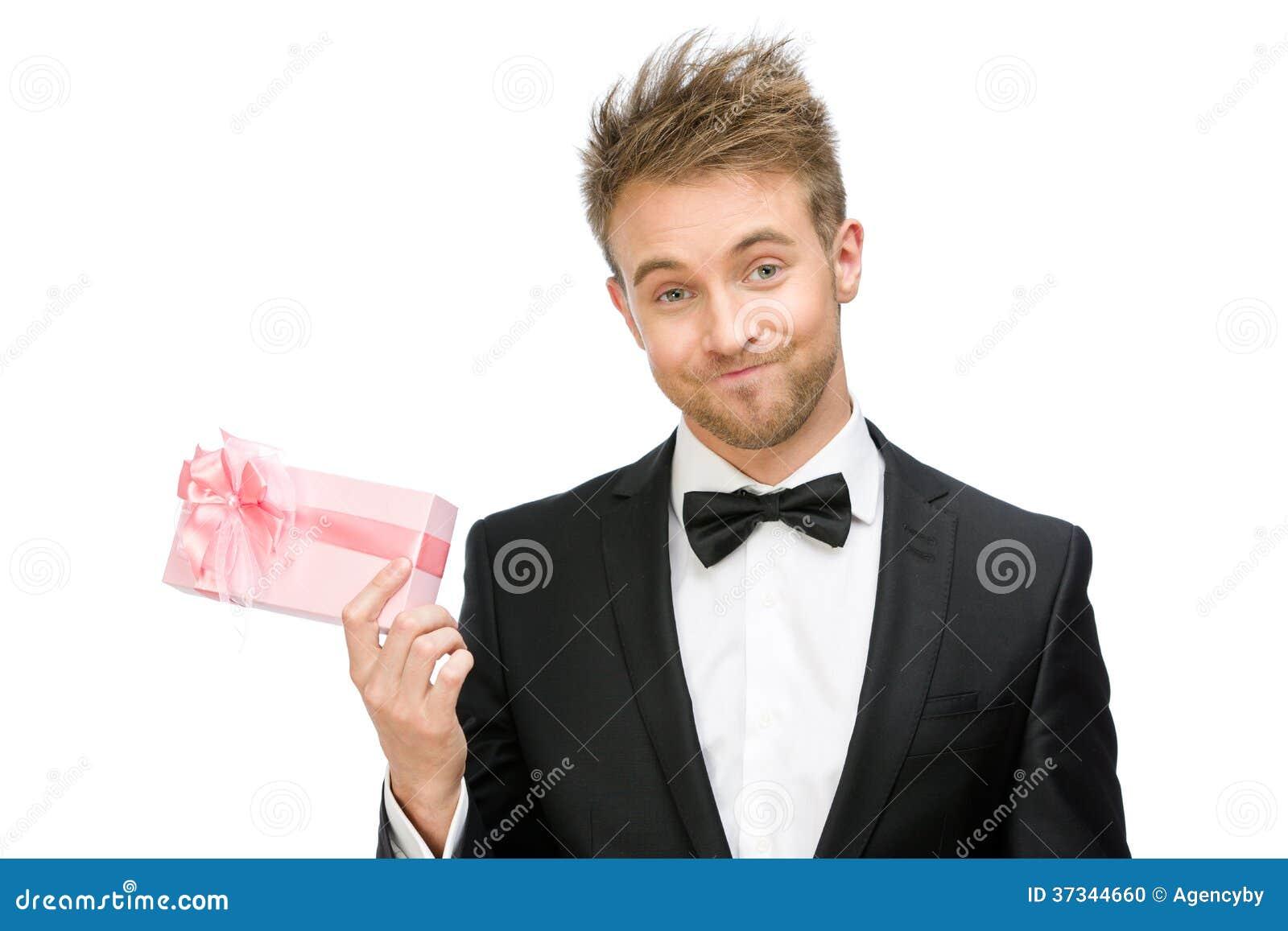 Affärsman som håller rosa färggåvaasken