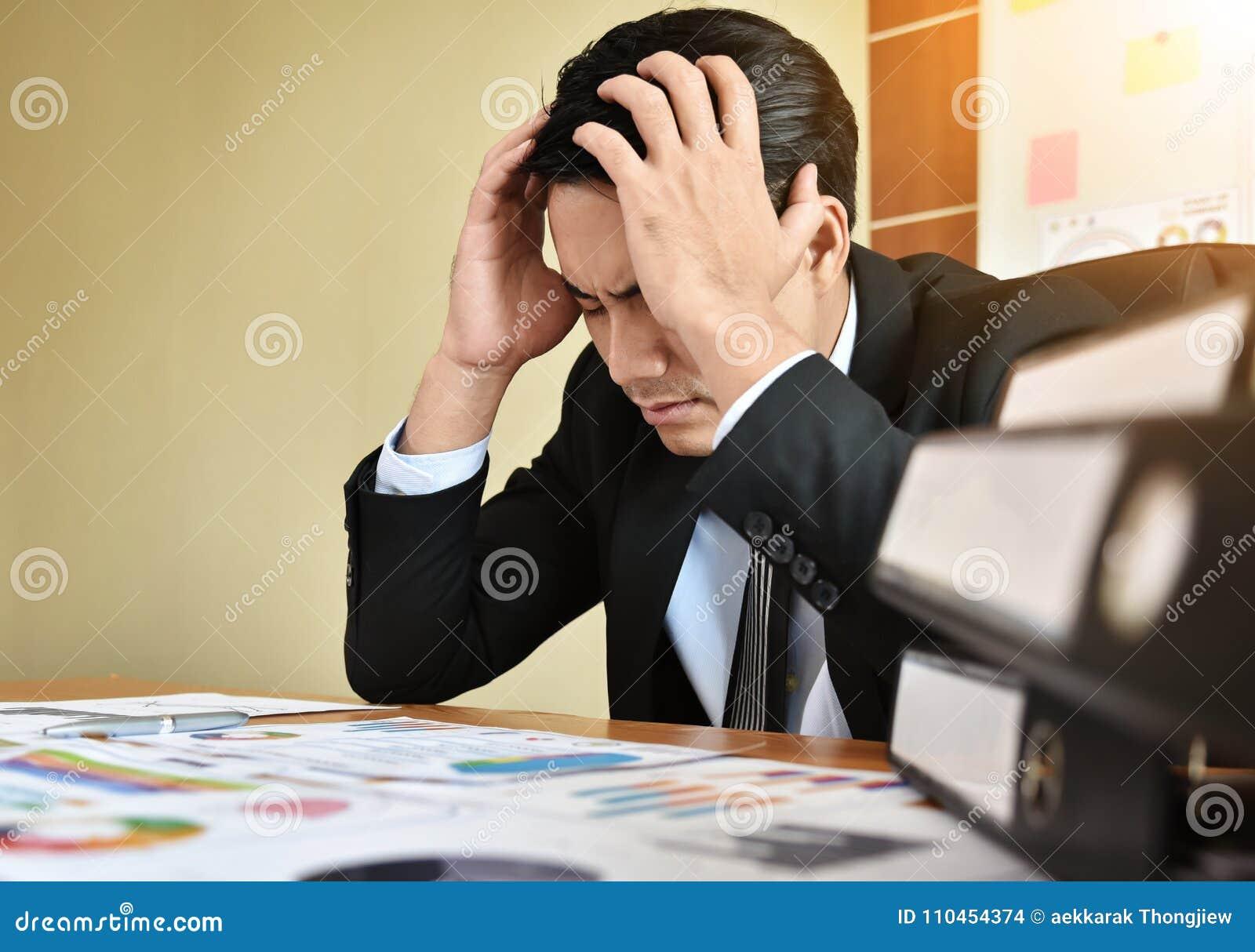 Affärsman som har huvudvärk