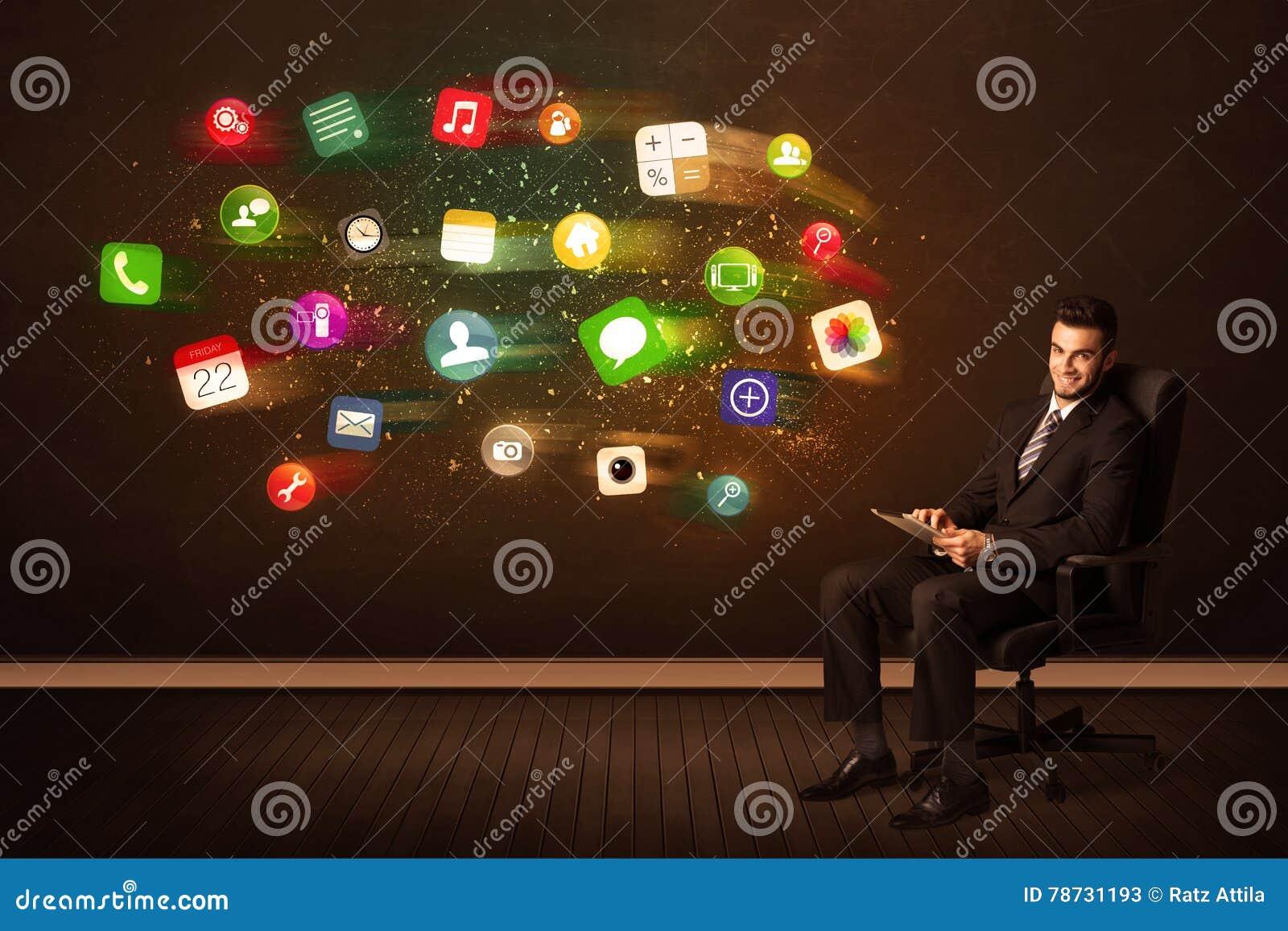 Affärsman som i regeringsställning sitter stol med minnestavlan och färgrik ap