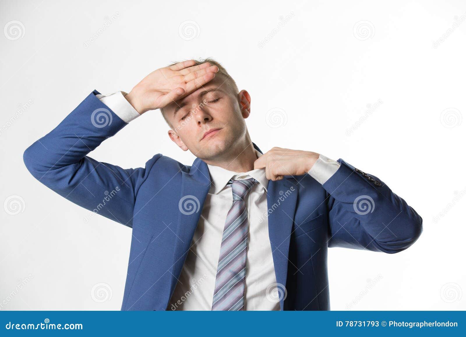 Affärsman som justerar hans krage, som han känner sig varm