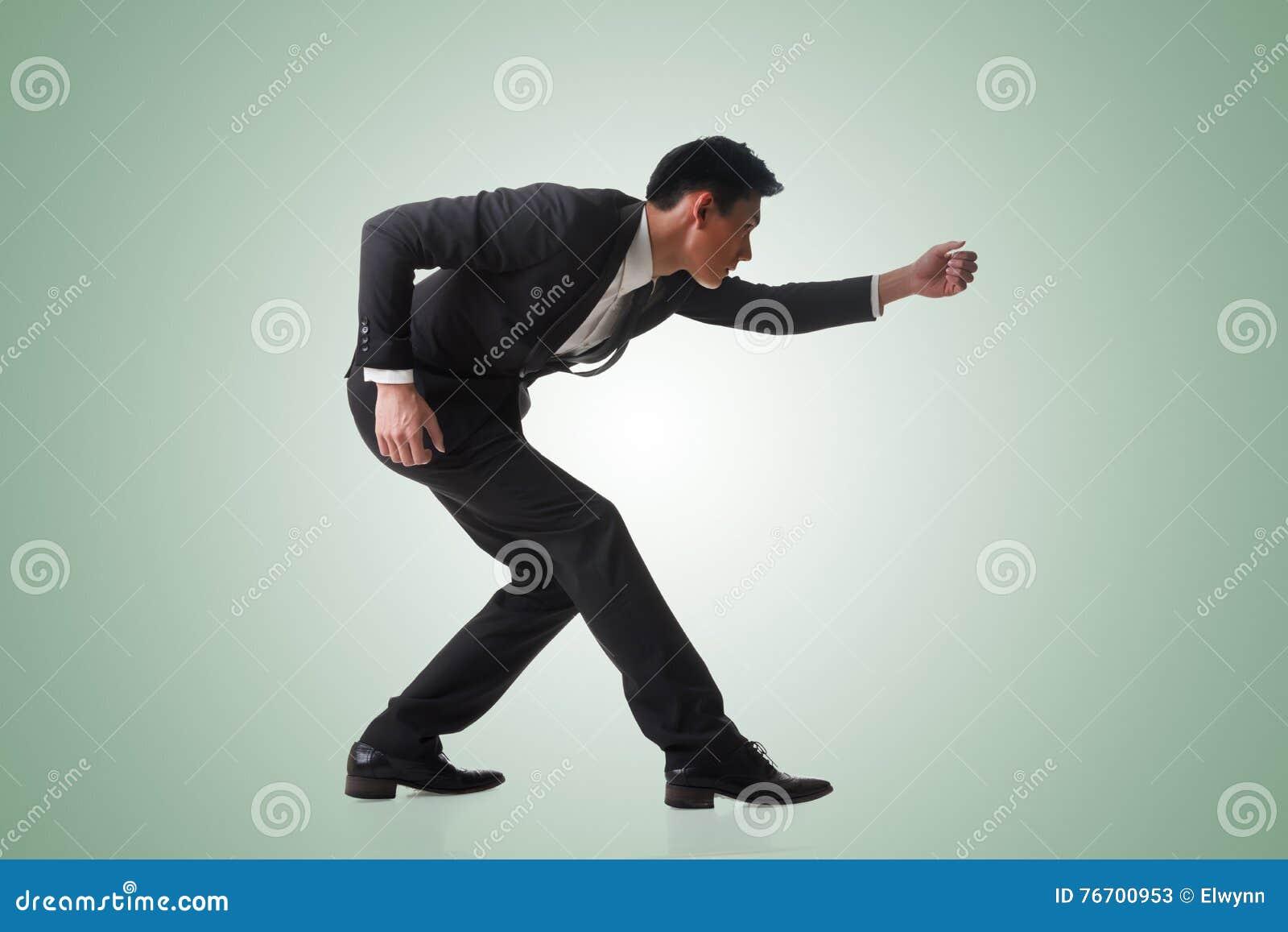 Affärsman som poserar dragkampen