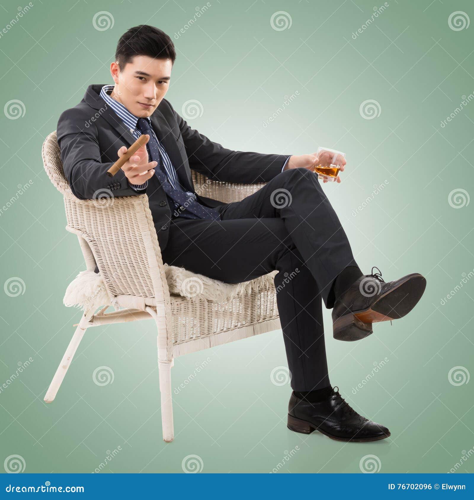 Affärsman som rymmer en cigarr