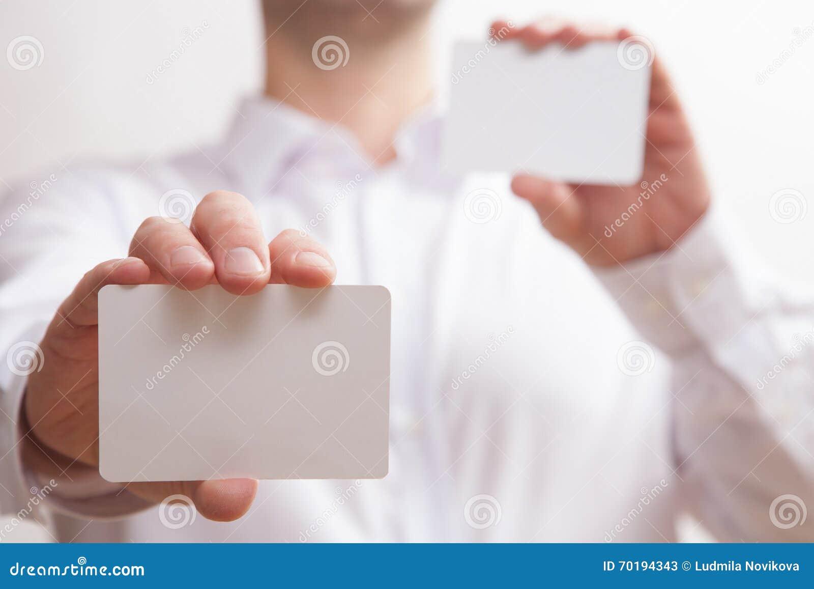 Affärsman som rymmer två tomma affärskort