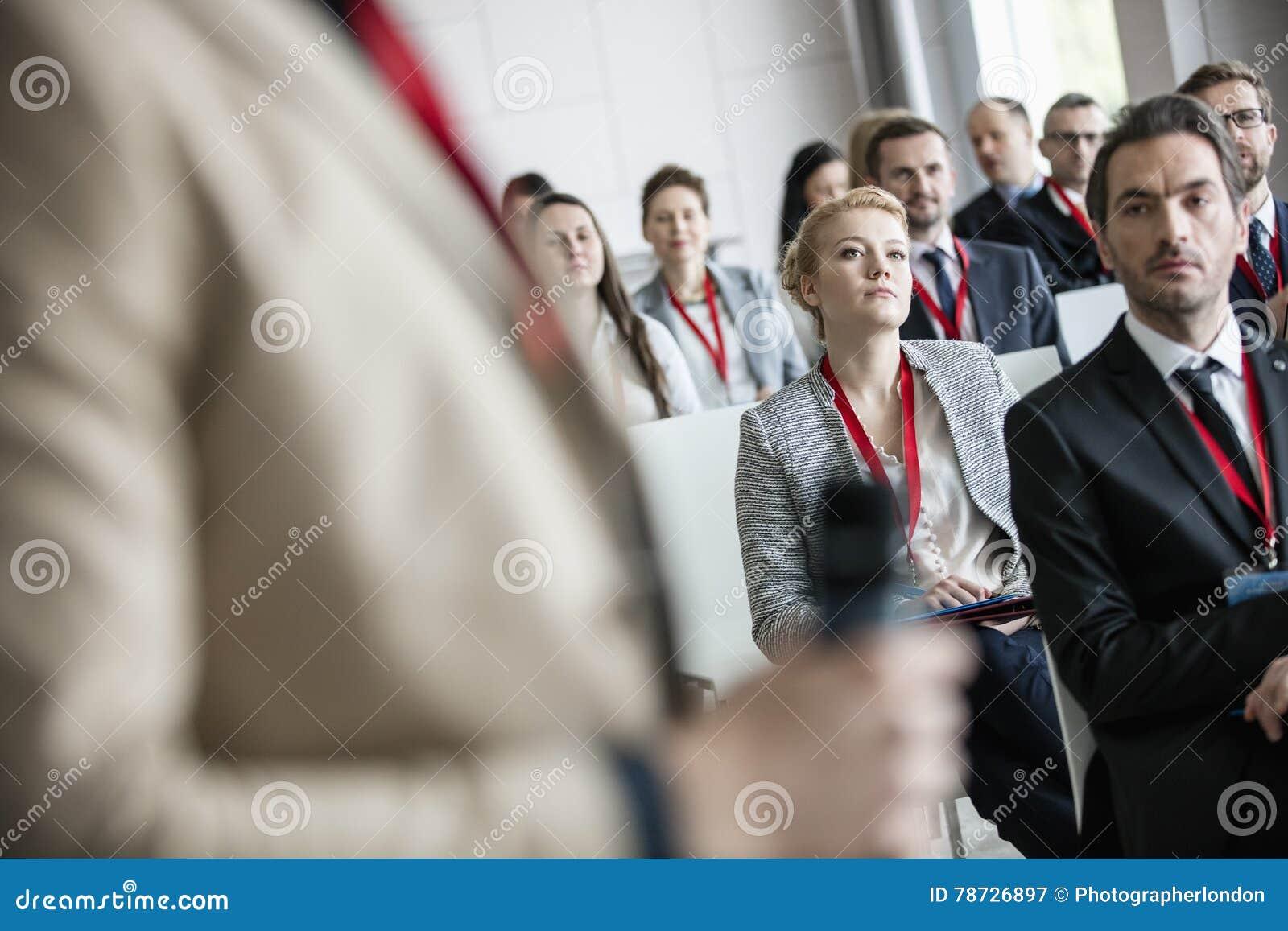 Affärsman som ser den offentliga högtalaren i konventcentrum