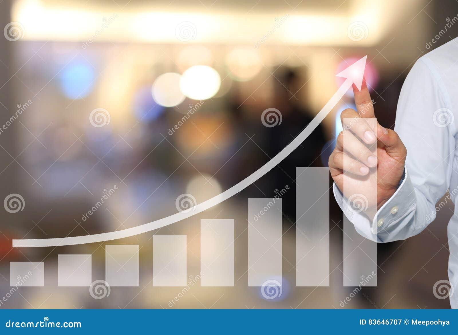 Affärsman som ska tryckas på i maximum av affärsgrafen på abstrakt suddighet