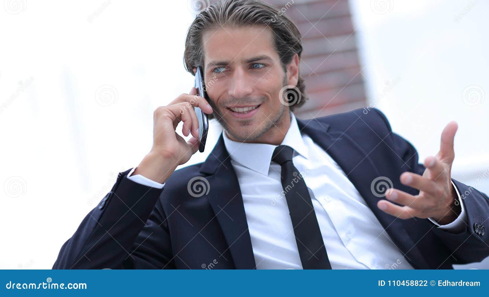 Affärsman som talar på den smarta telefonen