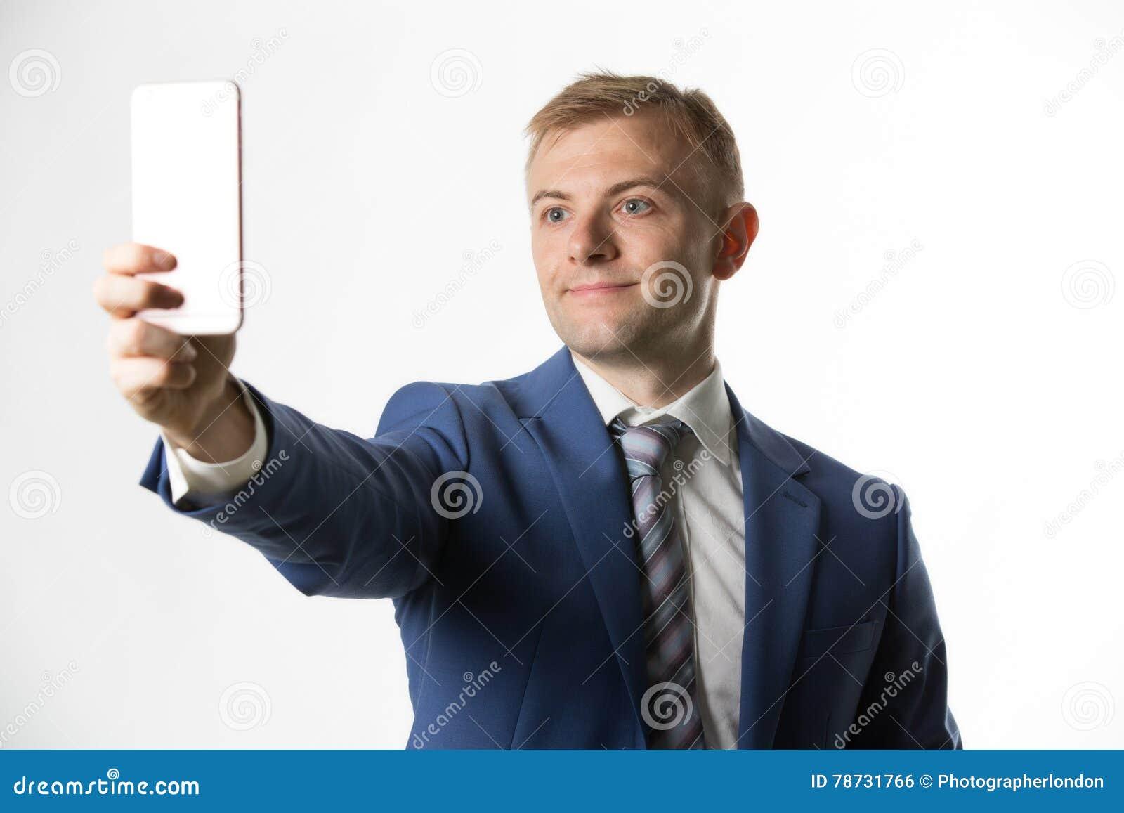Affärsman som tar en selfie