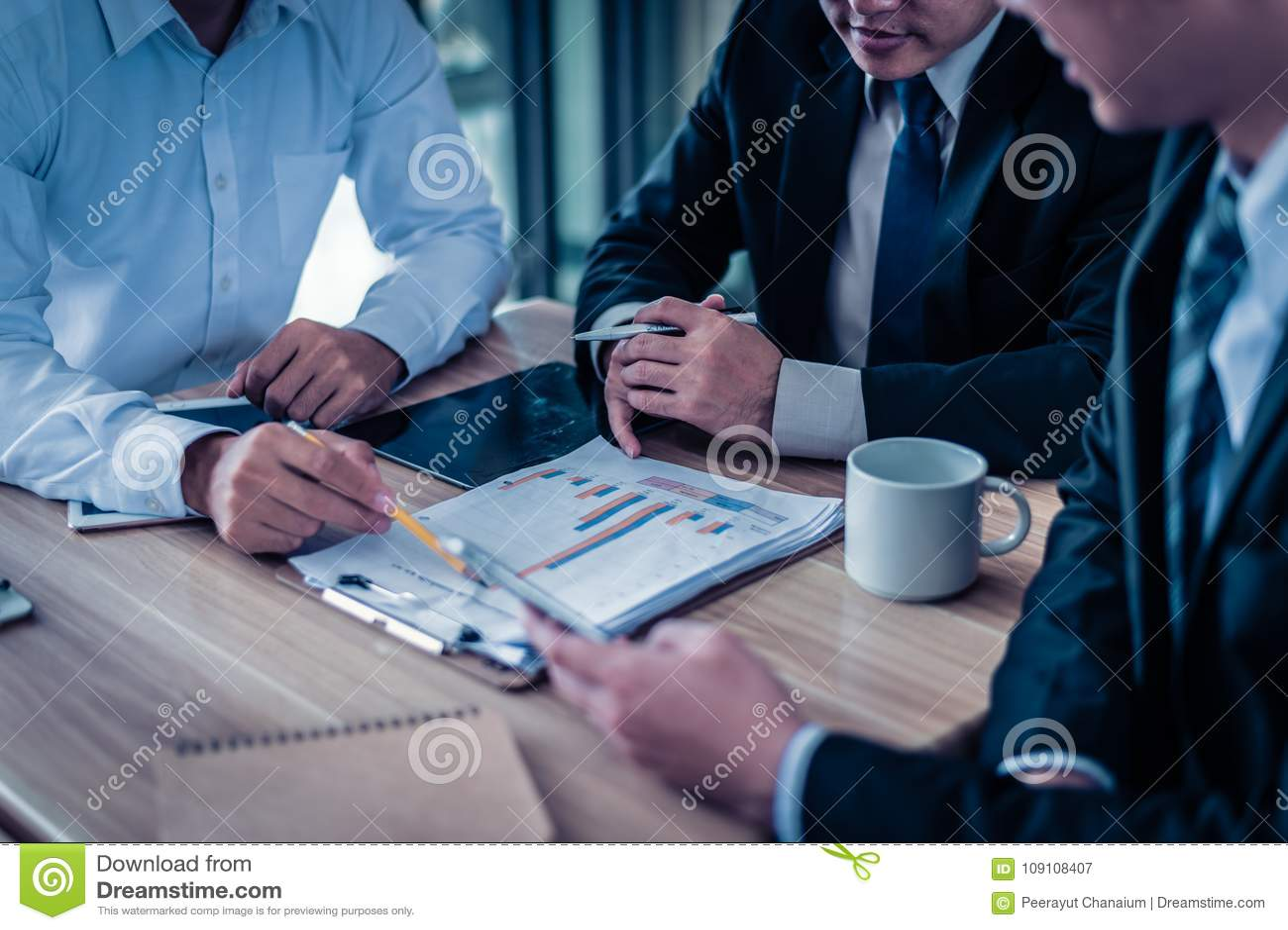 Affärsman som tre ser grafen i papper och samtal om affärsplan, marknadsföring och finansiellt i framtiden