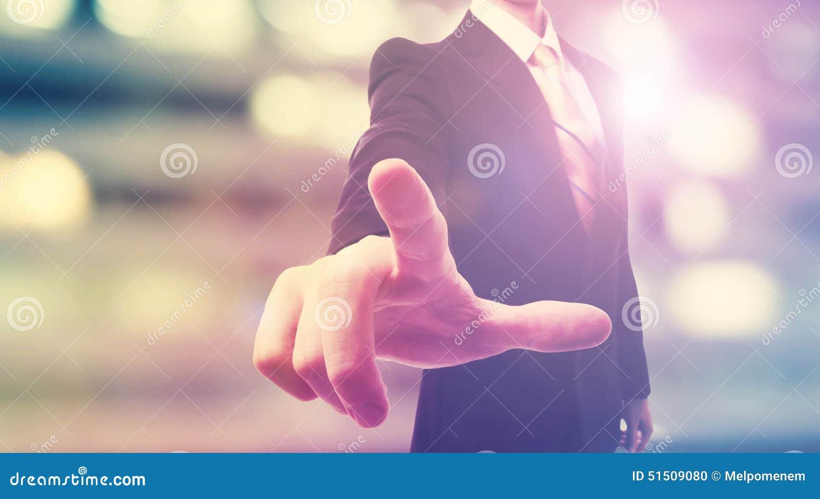 Affärsman som trycker på en pekskärm
