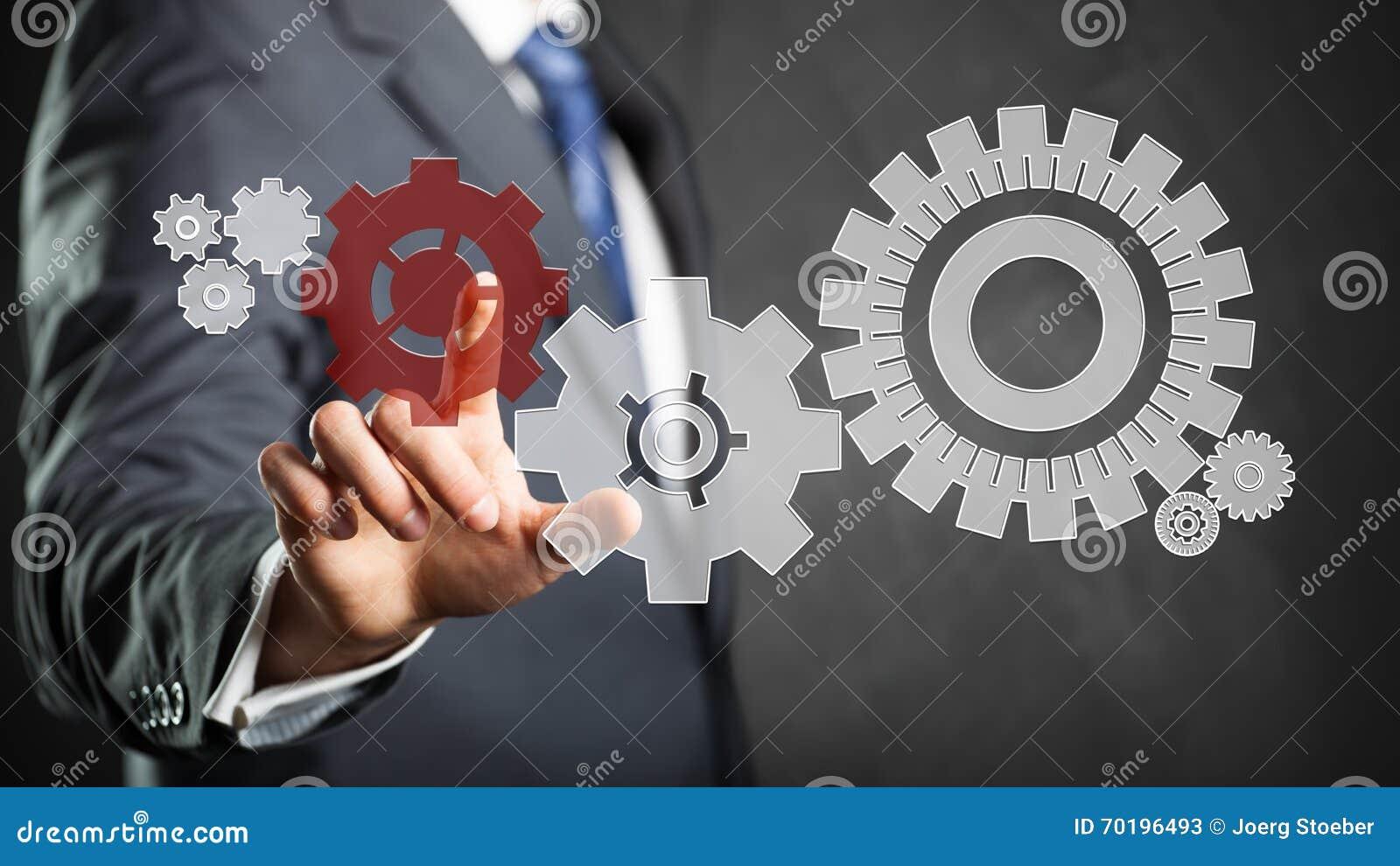 Affärsman som trycker på ett specifikt kuggehjul