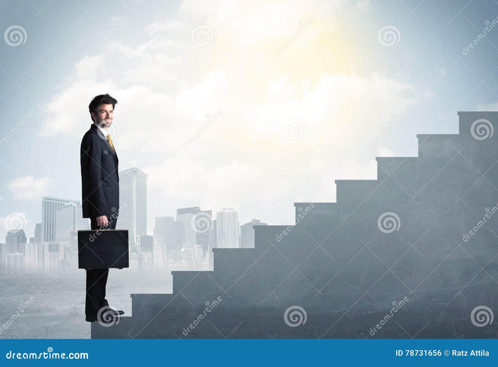 Affärsman som upp klättrar ett konkret trappuppgångbegrepp