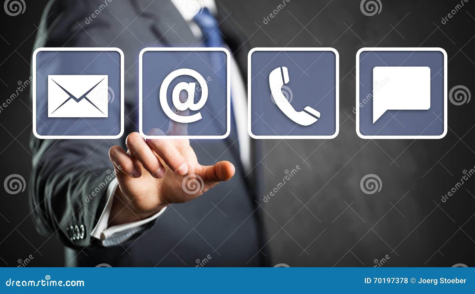Affärsman som väljer emailen som ett kontaktalternativ