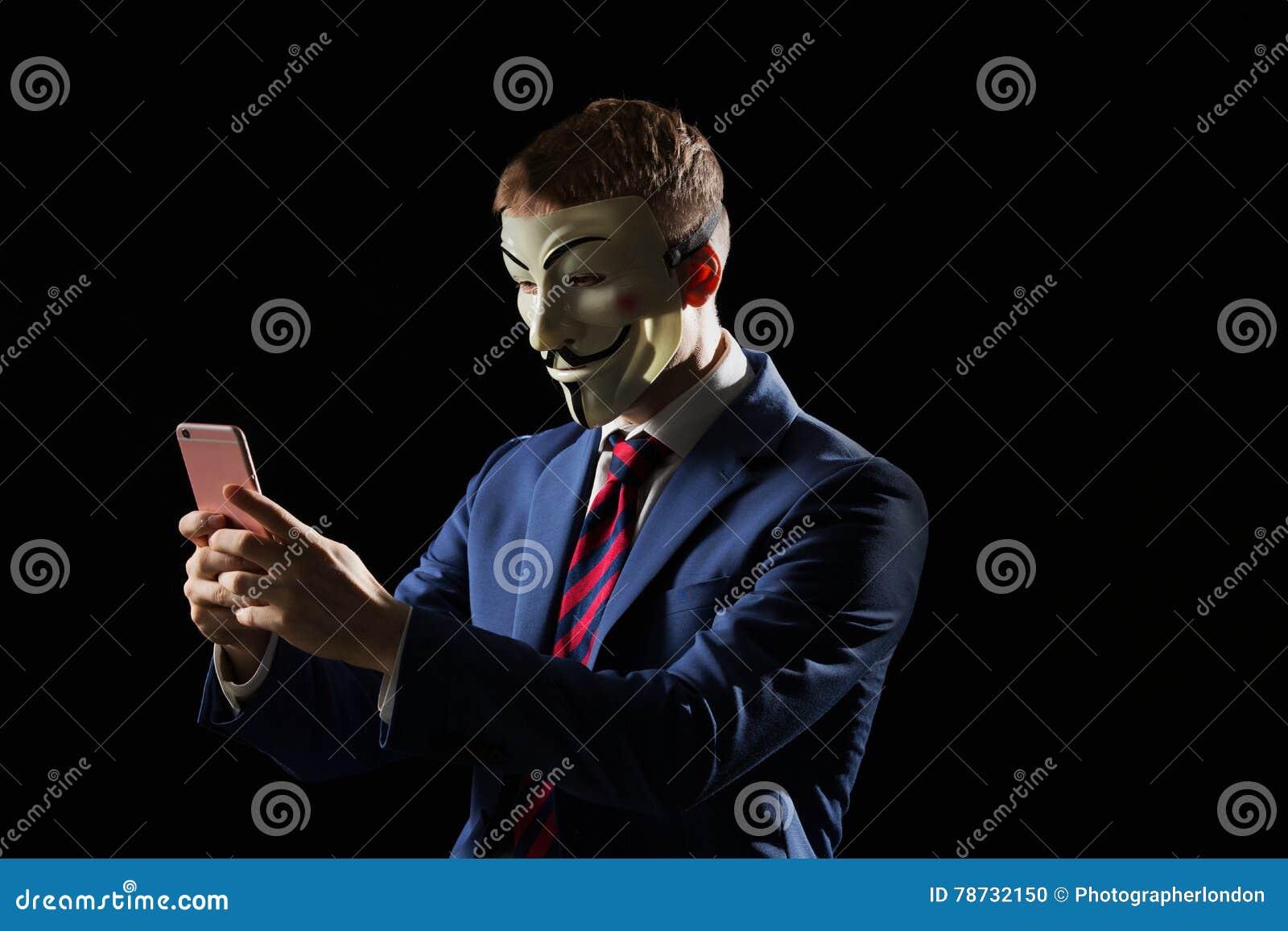 Affärsman under maskeringsförklädnaden som är anonym och antyder att han är en en hacker eller en anarkist