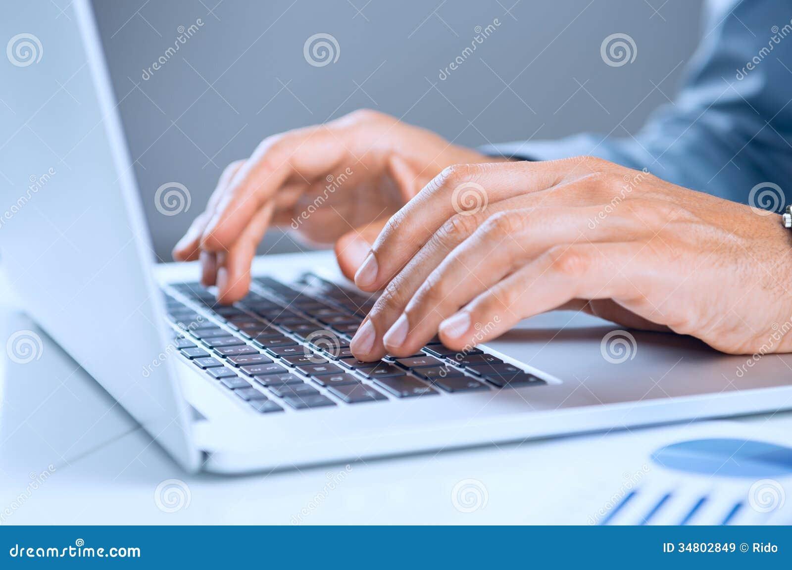 Affärsman Using Laptop
