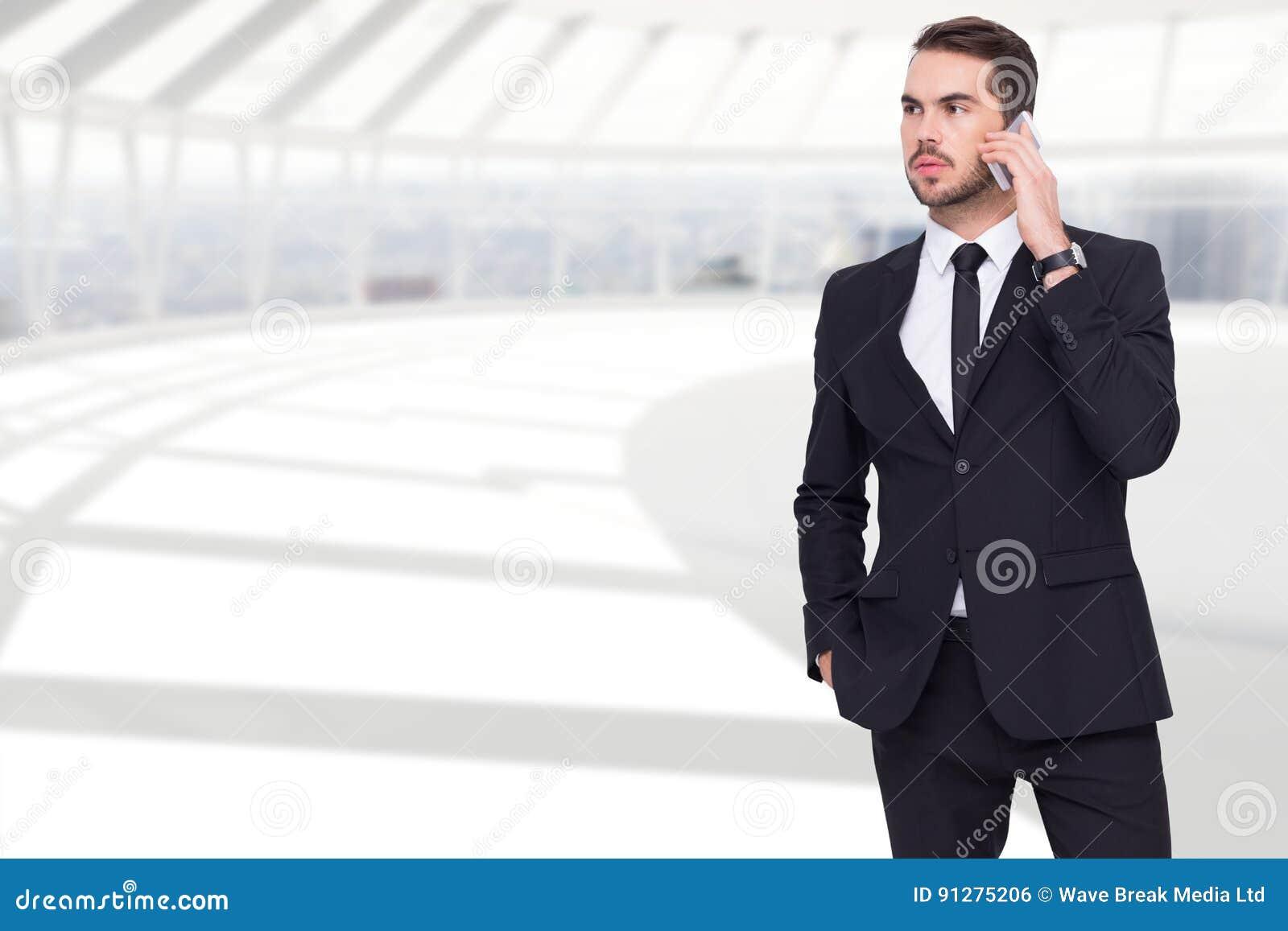 Affärsman Using Mobile Phone i regeringsställning