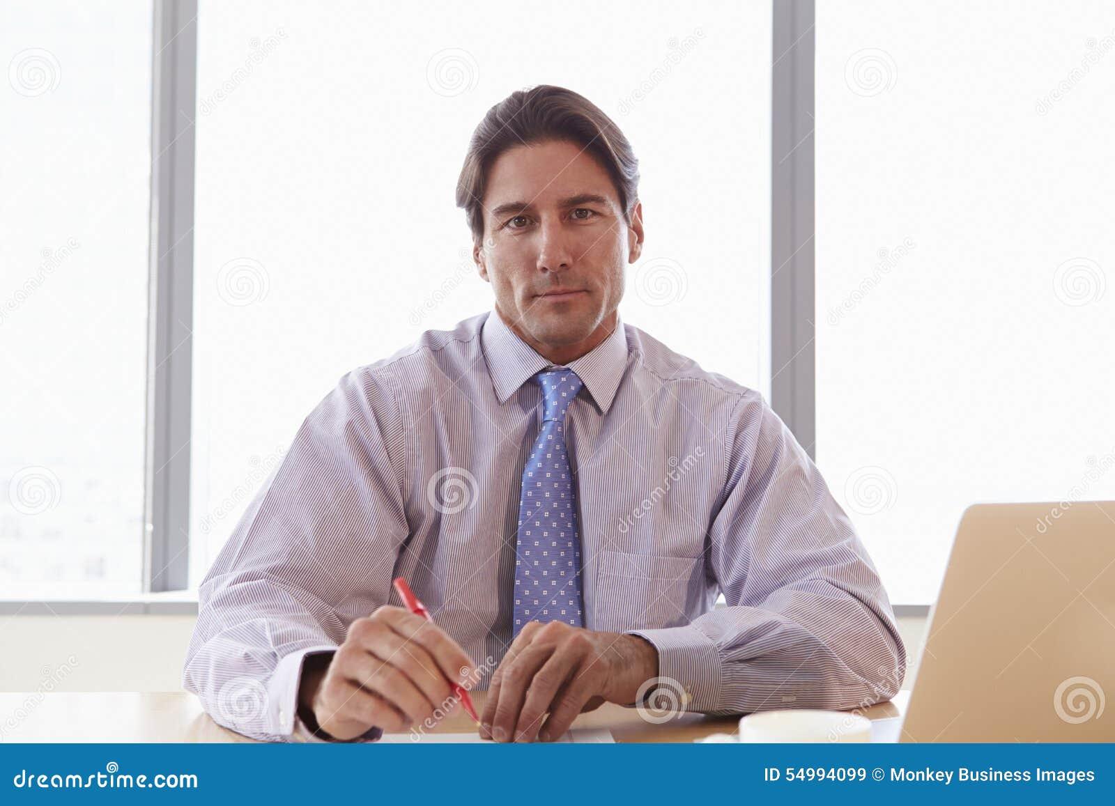 Affärsman Working On Laptop på styrelsetabellen