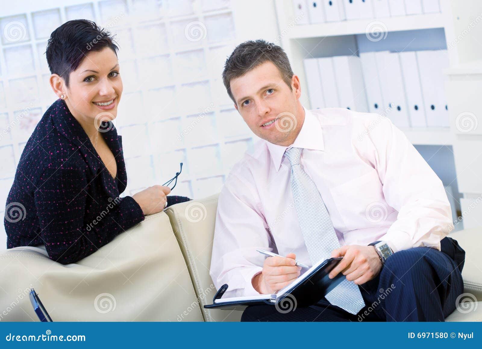 Affärsmanaffärskvinnaworking