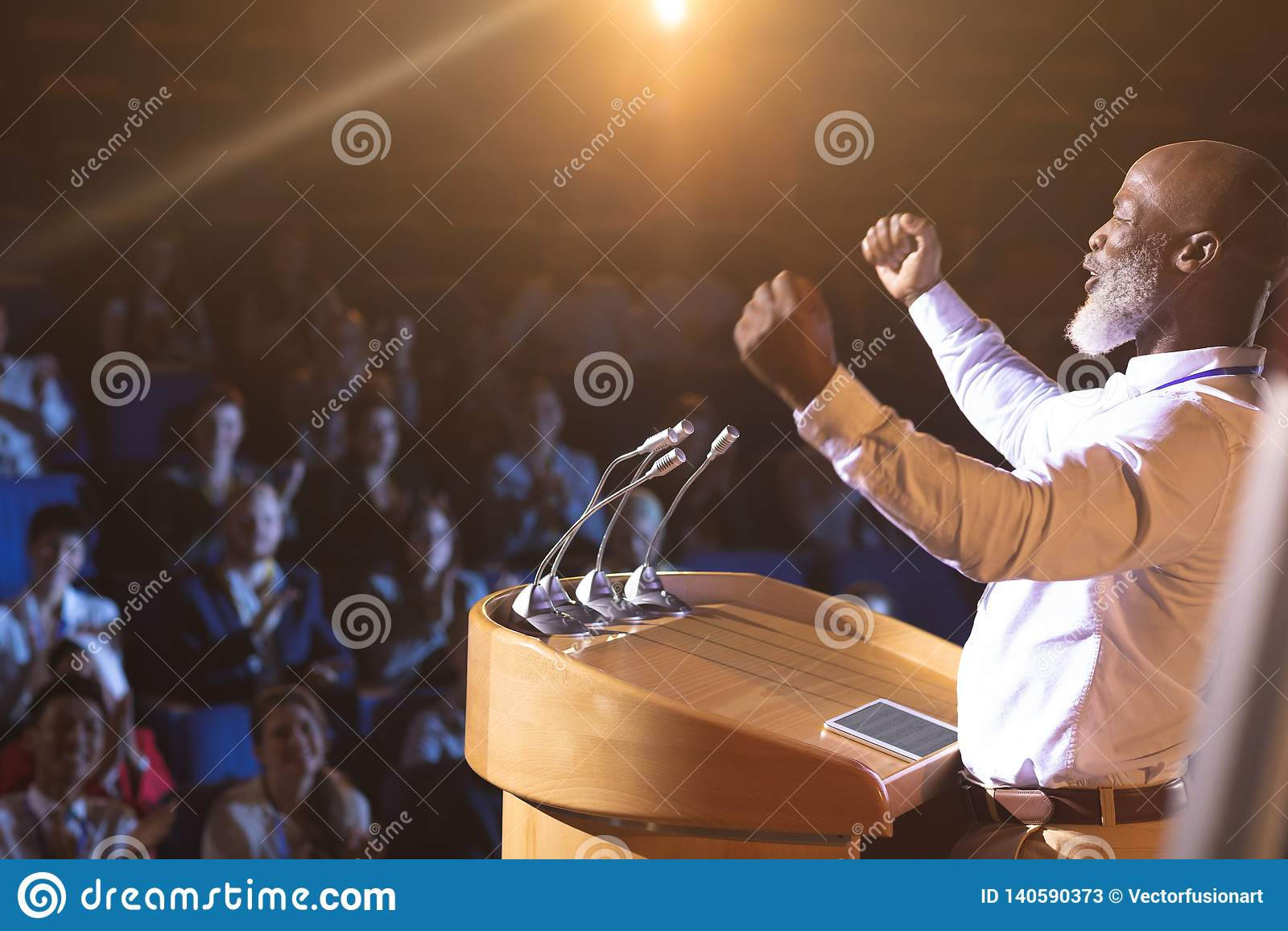 Affärsmananseende nära podiet och ge siganförande till åhörarna i salongen
