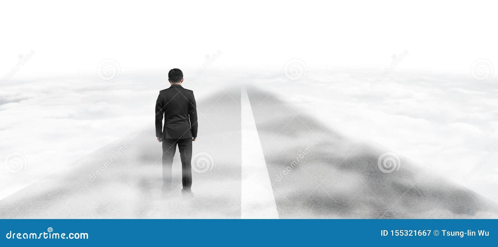 Affärsmananseende på asfaltvägen i himmel ovanför moln