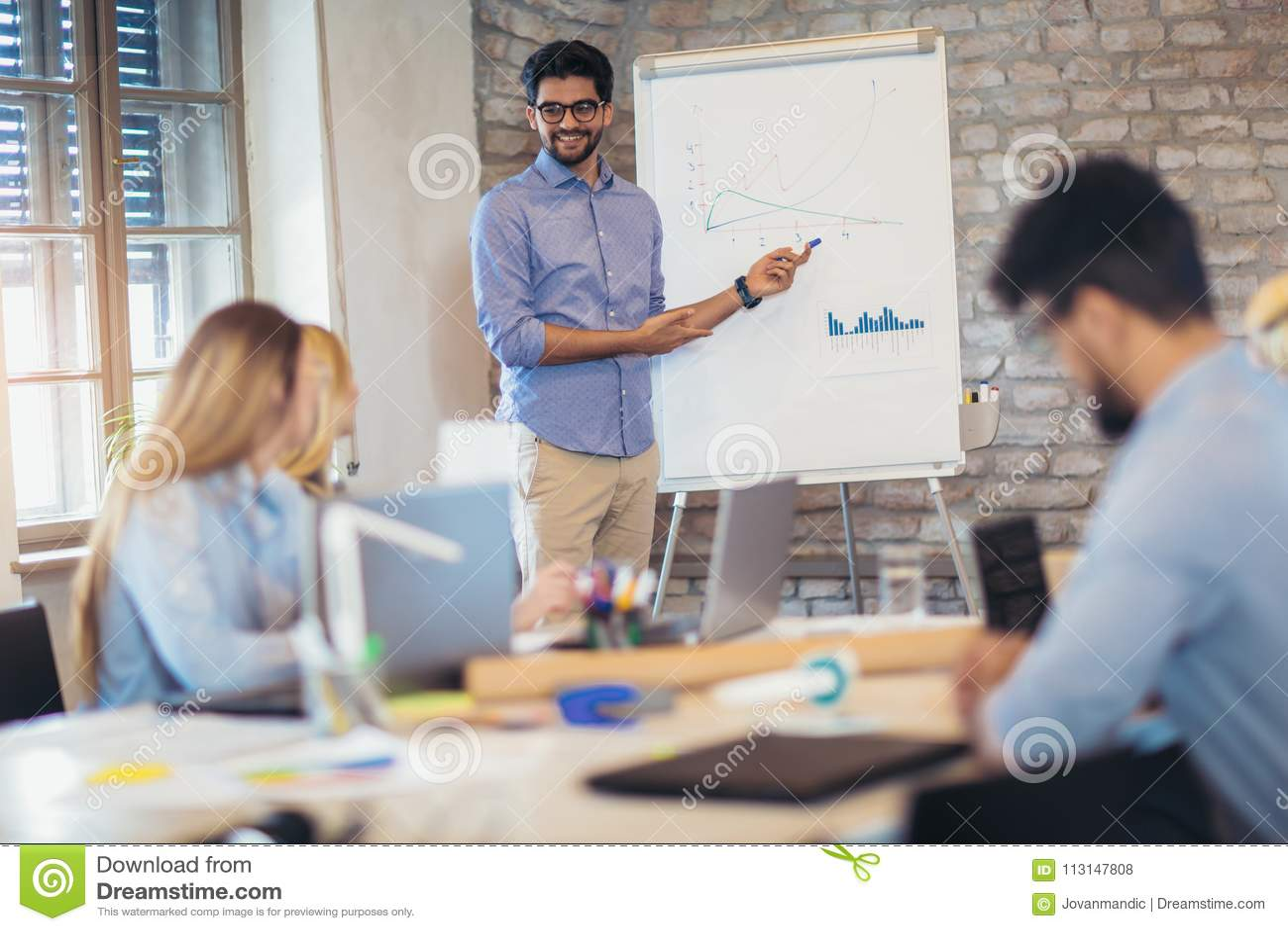 AffärsmanAt Whiteboard Giving presentation