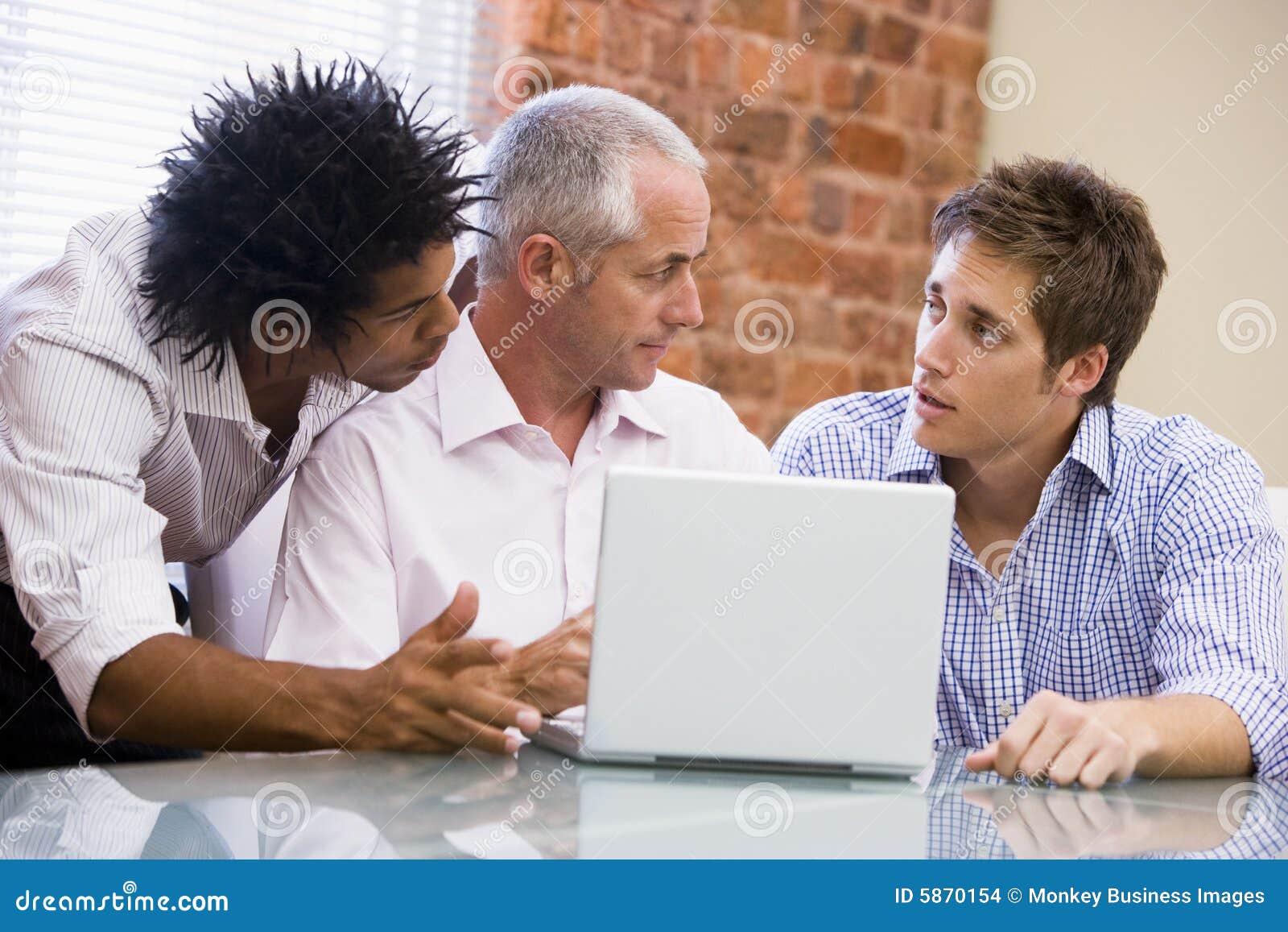 Affärsmanbärbar datorkontor tre