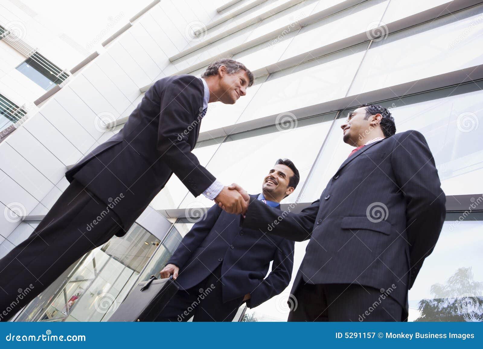 Affärsmangruppen hands kontoret utanför att uppröra