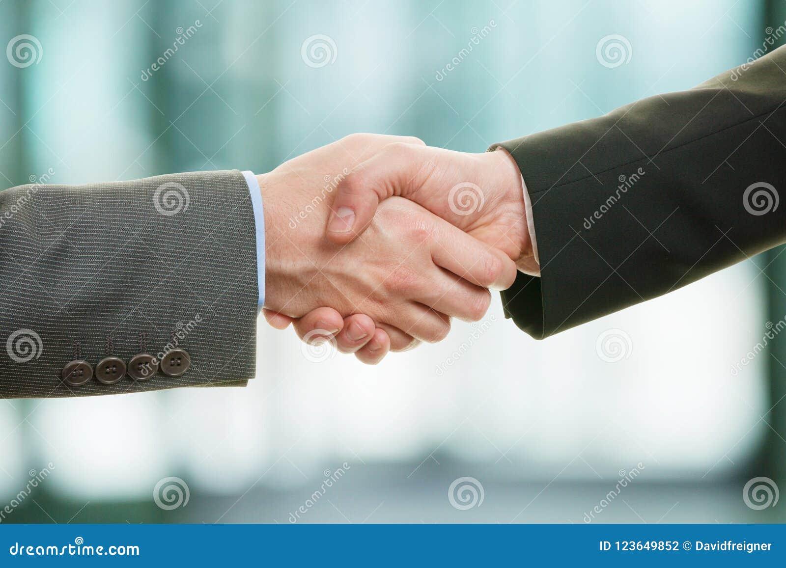 Affärsmanhänder som upprör två