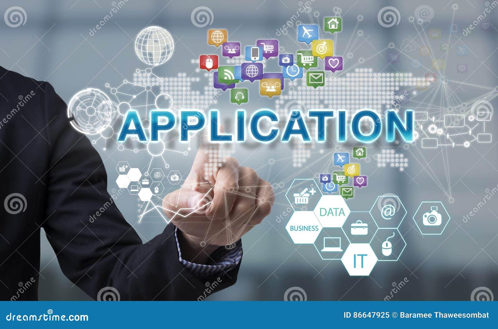 Affärsmanhanden väljer applikationformuleringar på manöverenhetsskärmen