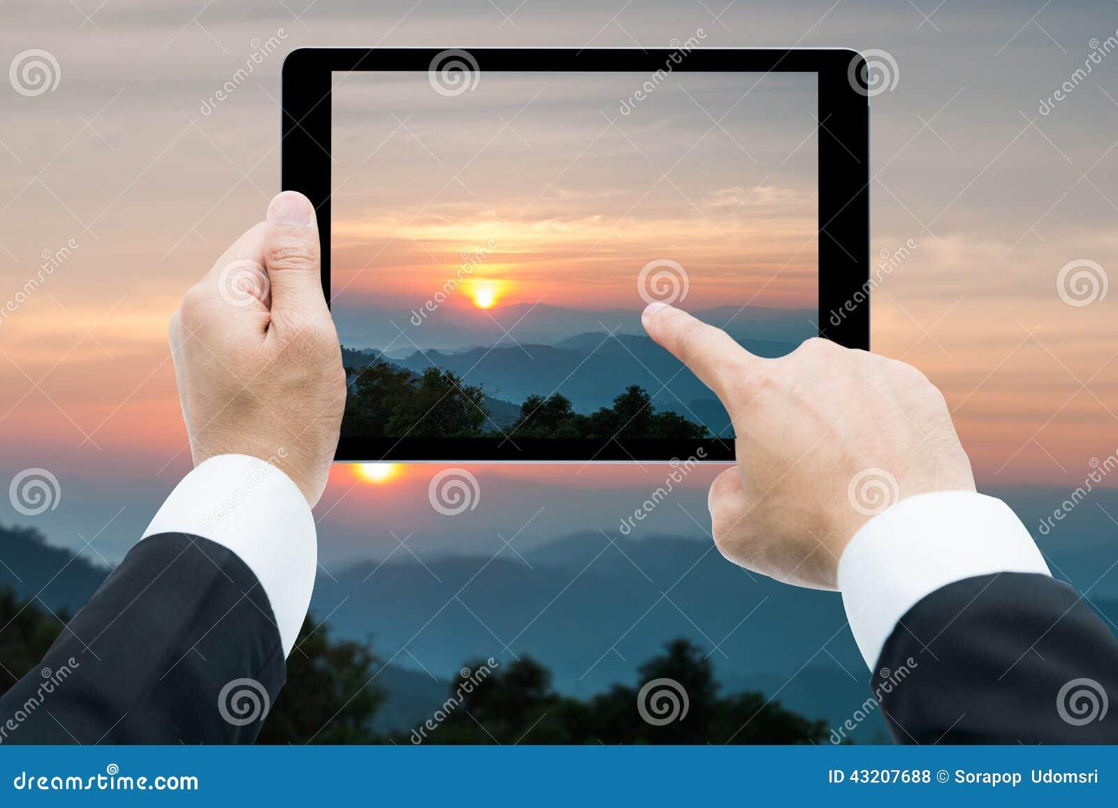 Download Affärsmanhandminnestavla Som Tar Bilder Majestätisk Solnedgång I Arkivfoto - Bild av härlig, liggande: 43207688