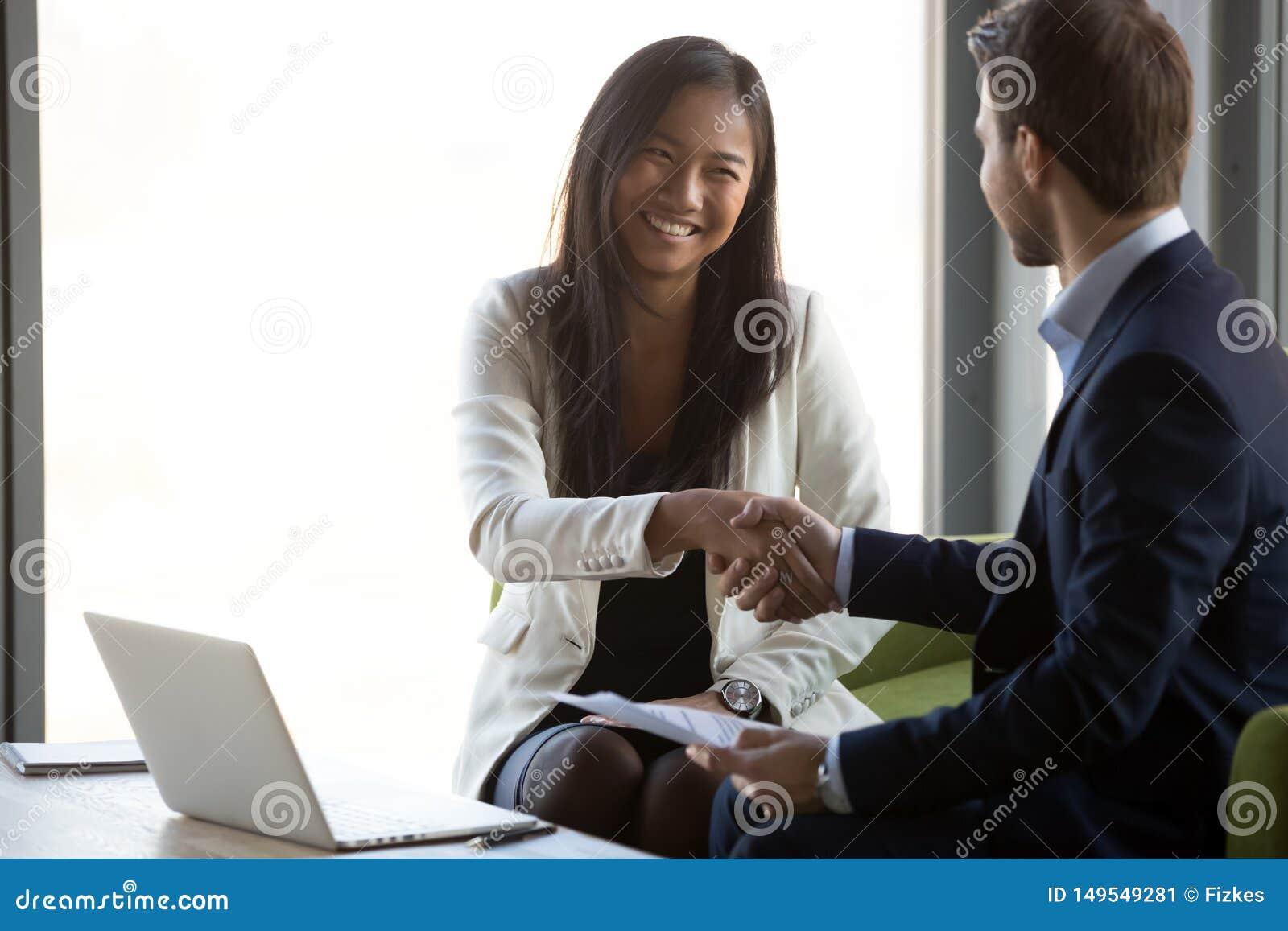Affärsmanhandskakning som ler asiatiskt avtal för klientbokslutaffär