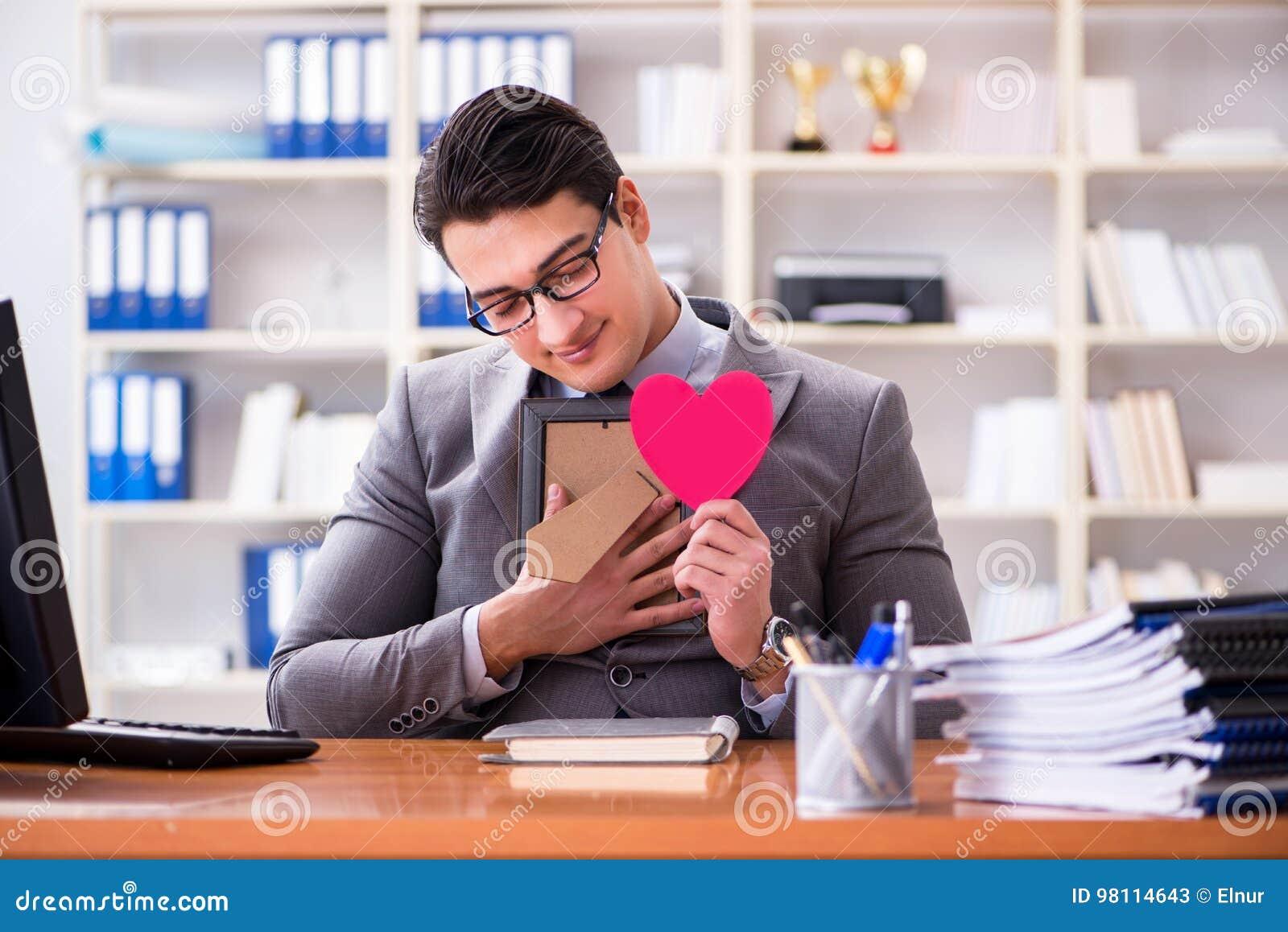 Affärsmankänslaförälskelsen och älskat i kontoret