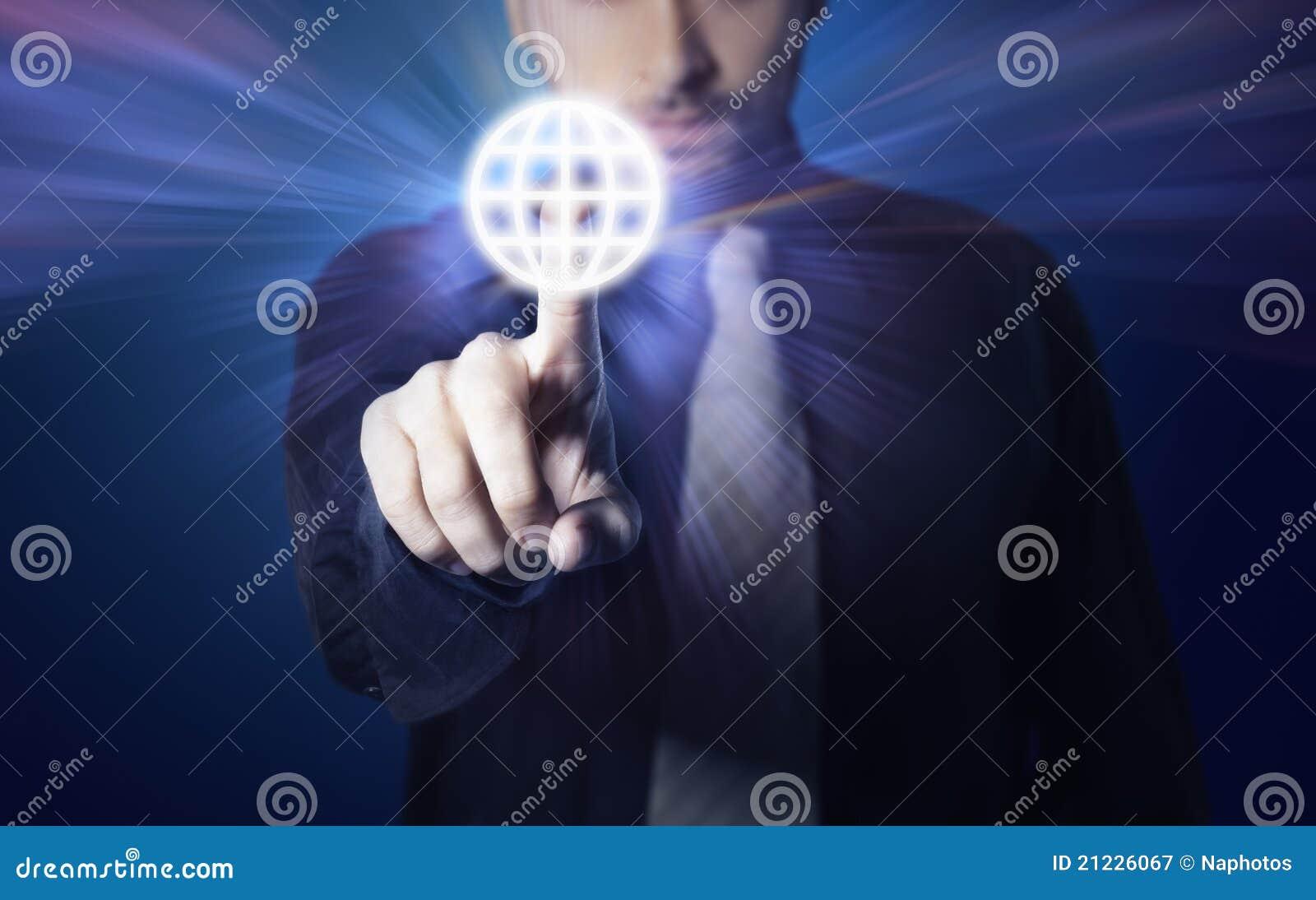 Affärsmanknapp som trycker på skärmtouch