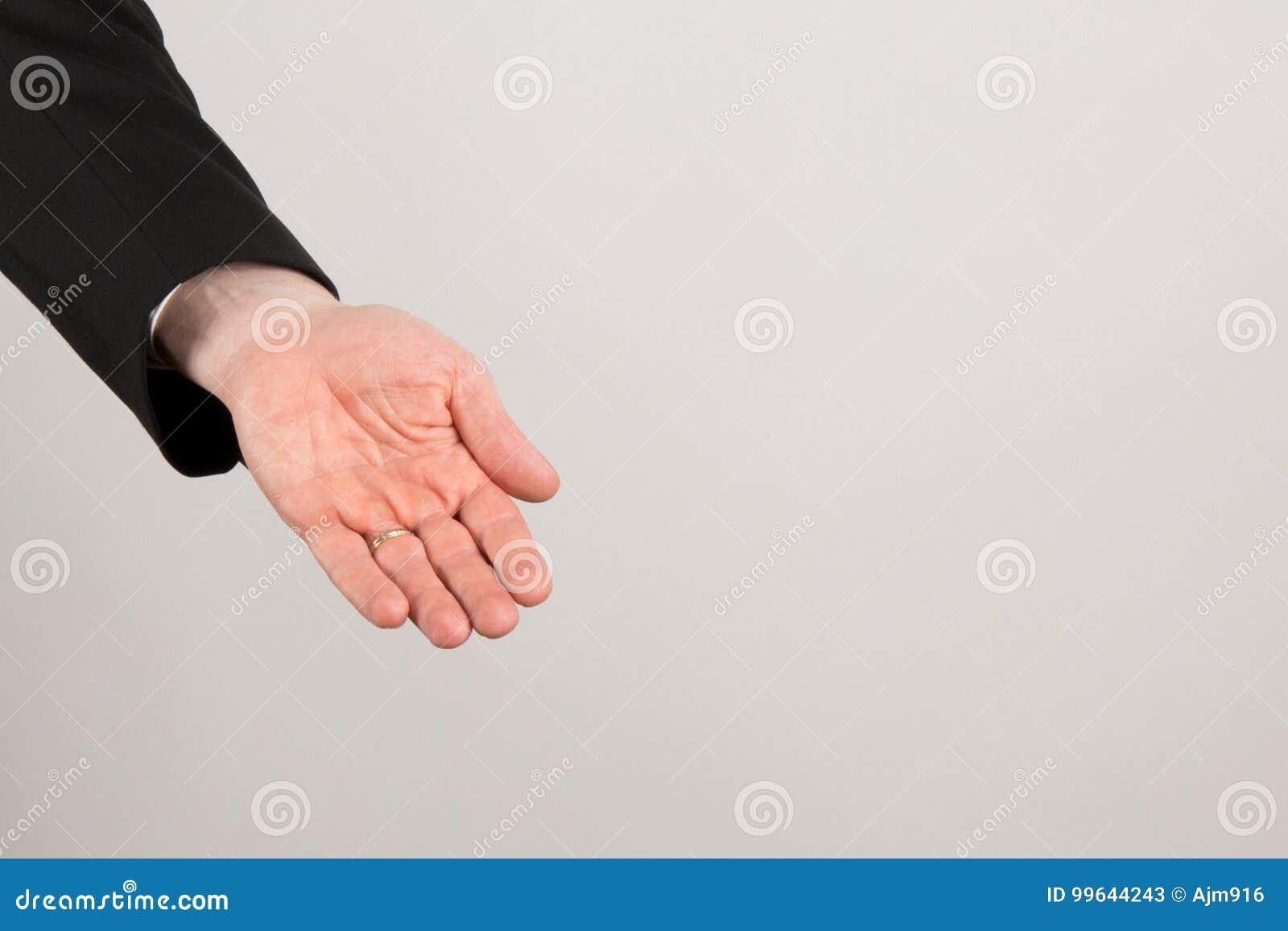 Affärsmannen gömma i handflatan upp och att ge eller visa något och att erbjuda hjälp
