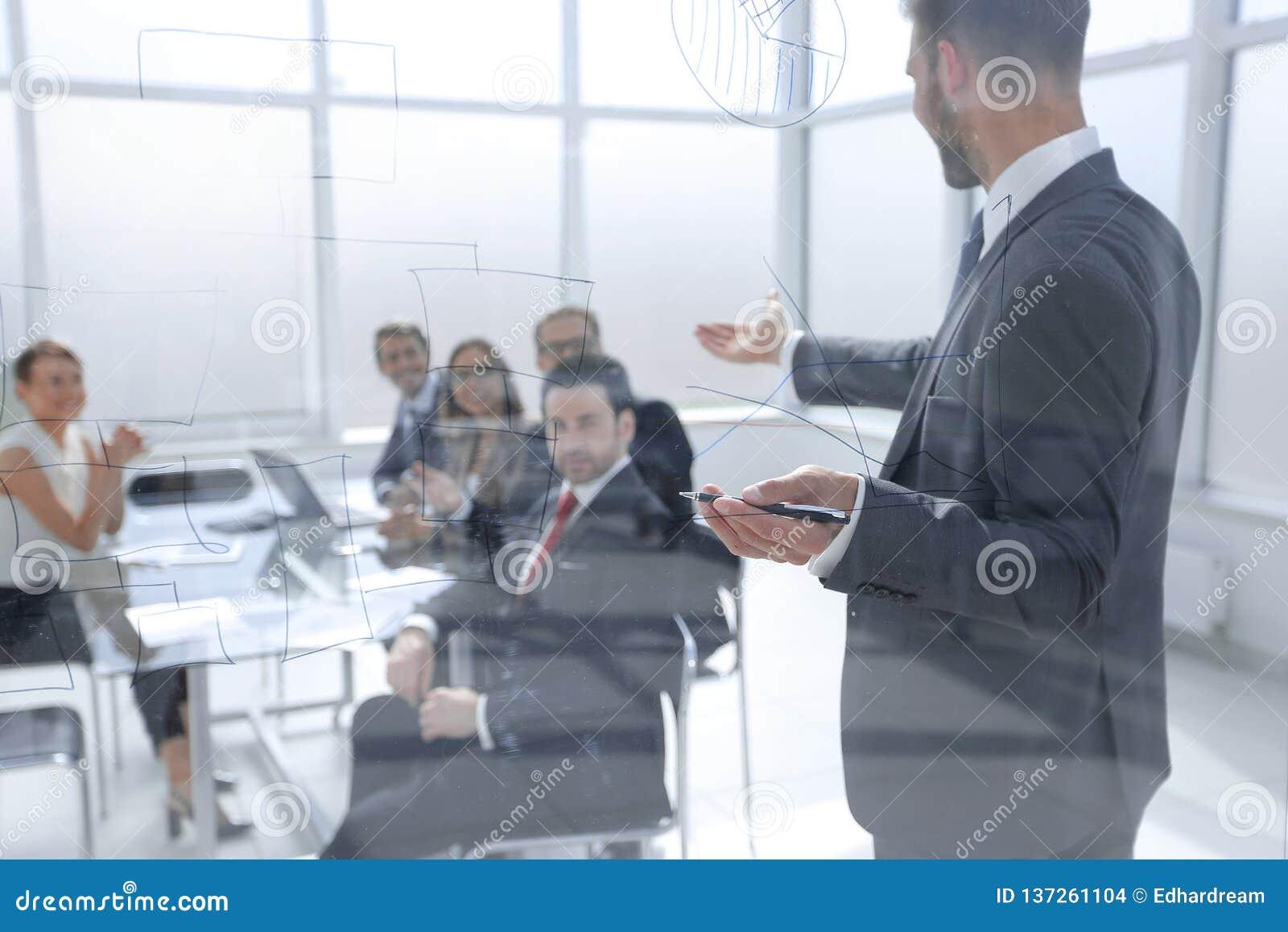 Affärsmannen gör en presentation av ett nytt projekt i ett modernt kontor