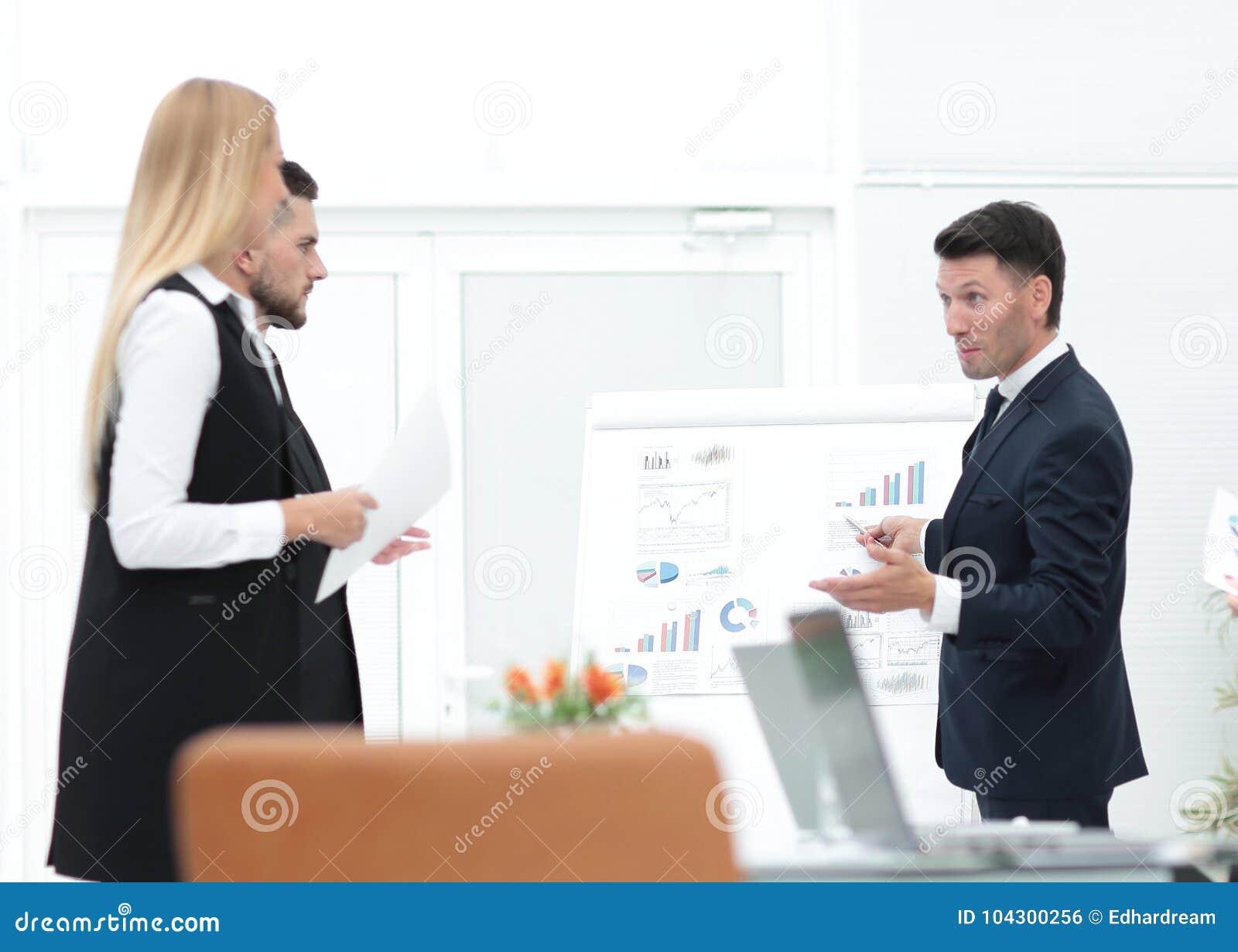 Affärsmannen gör en presentation till hans affärslag