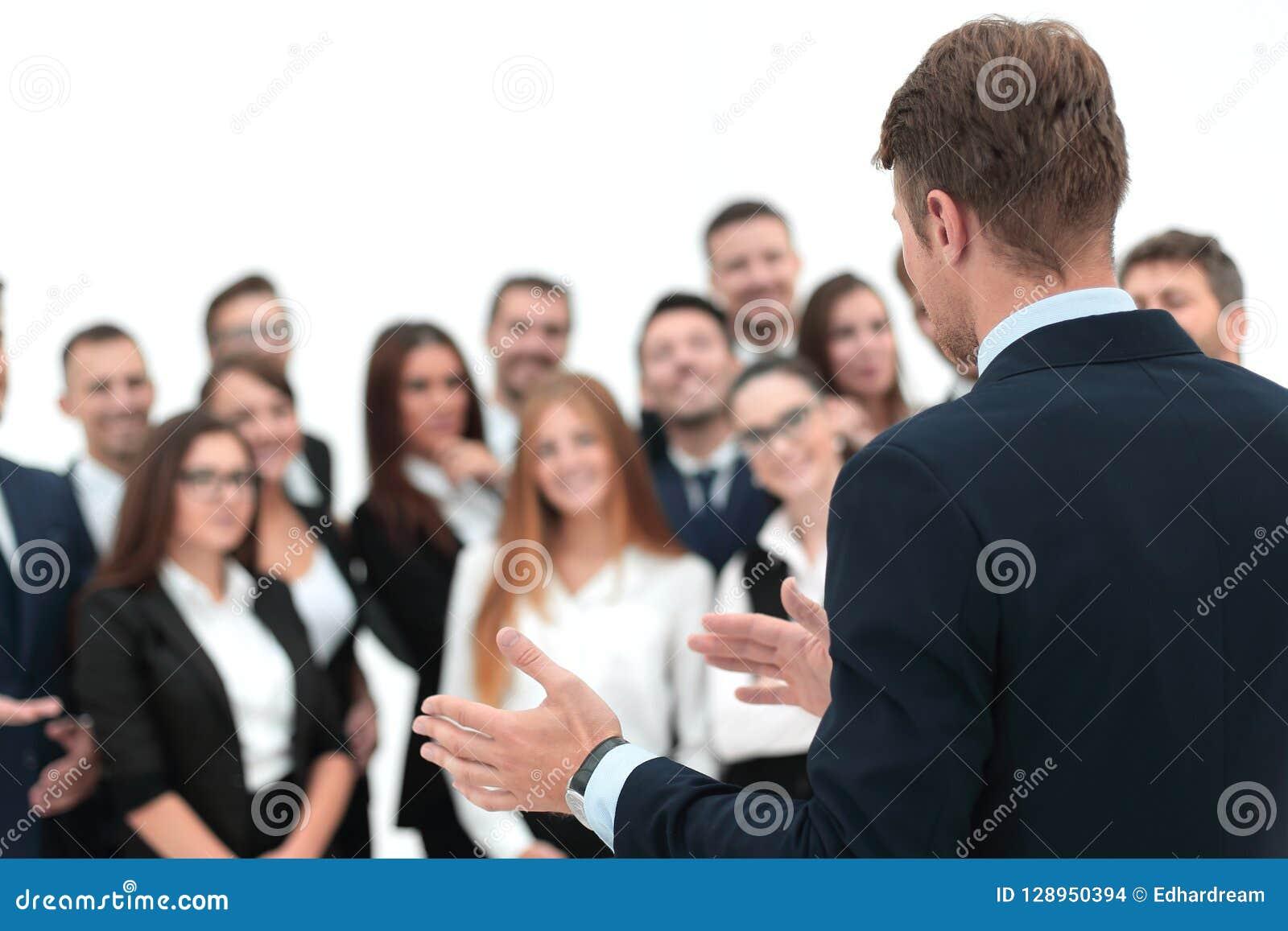 Affärsmannen gör ett anförande till hans lag