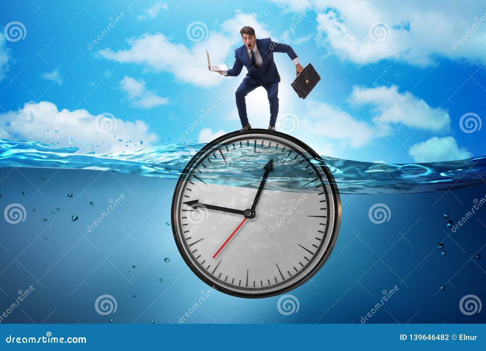 Affärsmannen i stopptid- och tidledningbegrepp