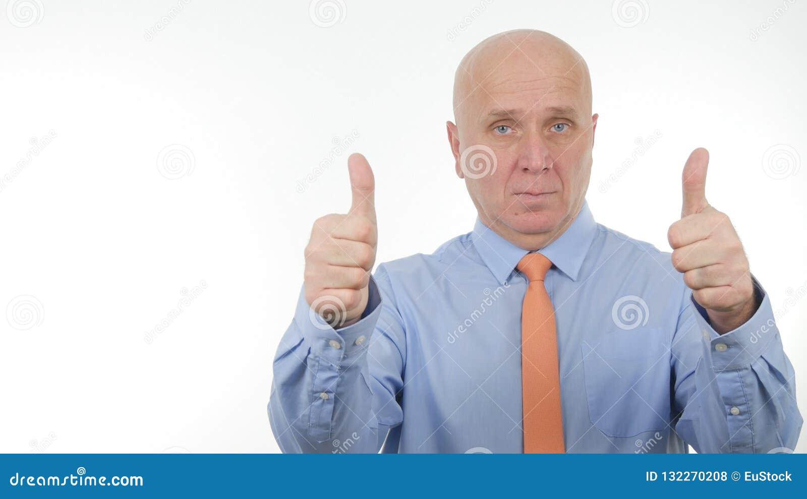 Affärsmannen Image Make Double tummar upp bra jobbtecken